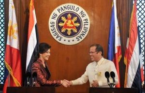 Philippine President Benigno Aquino (R)