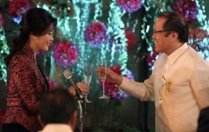 Philippines President Aquino offers a toast to to Thailand Prime Minister Shinawatra during a luncheon meeting inside the presidential palace compound in Manila